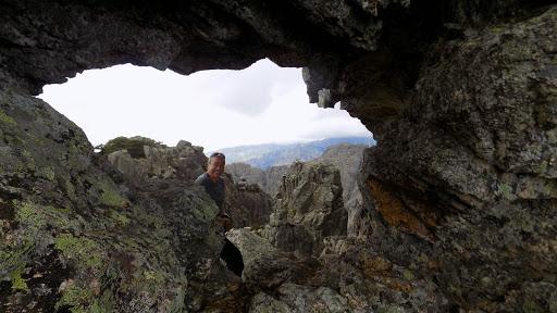 Traversée du trou de l'arche de Punta Buvona