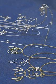 夏休みがテーマの針金細工(ワイヤ−クラフト)。波と船のメモ立て。蝉やお化け、クワガタのペンダント。