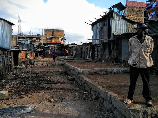 Mathare slum_Nairobi. Scarpe spaiate per vite in salita. di BlueMind