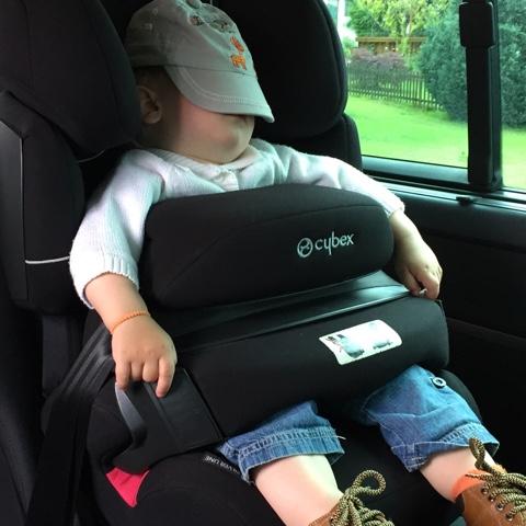 Schlafendes Kind im Autositz