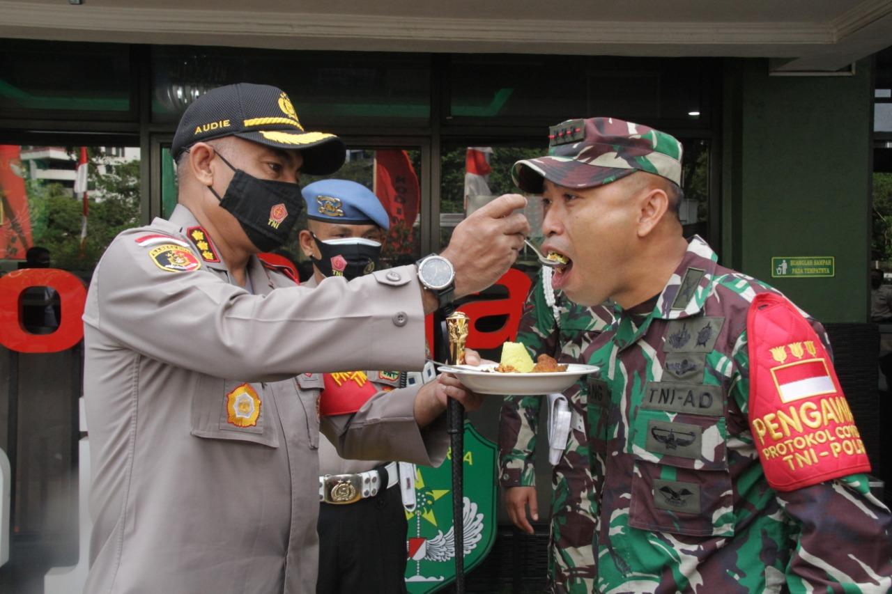 HUT TNI Ke-75, Kapolres Metro Jakbar dan Jajarannya Datangi Makodim 0503/JB