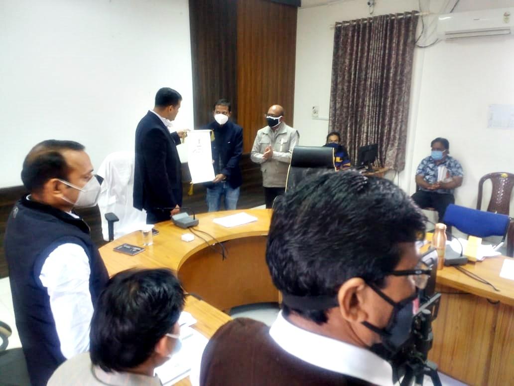 Jhabua News- कलेक्टर श्री सिंह द्वारा डाॅ. बबेरिया को प्रशंसा पत्र वितरित