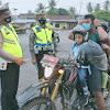 Satlantas Polres Tebo Terus Berjibaku Melawan Penyebaran Covid-19, Bagikan Masker Dan Sosialisasi Kepada Pengguna Jalan