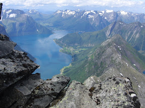 Utsikt fra toppen og ned i Hjørundfjorden