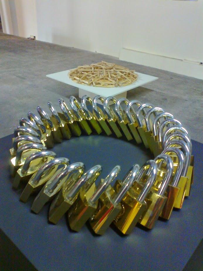 ein Ring aus Vorhängeschlössern auf der Ostrale014 in Dresden