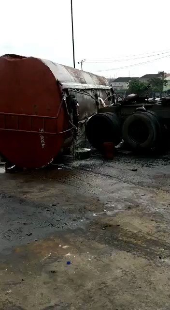 Big Tension Erupts Lagos As Tanker filled with diesel falls on Otedola bridge (photos)