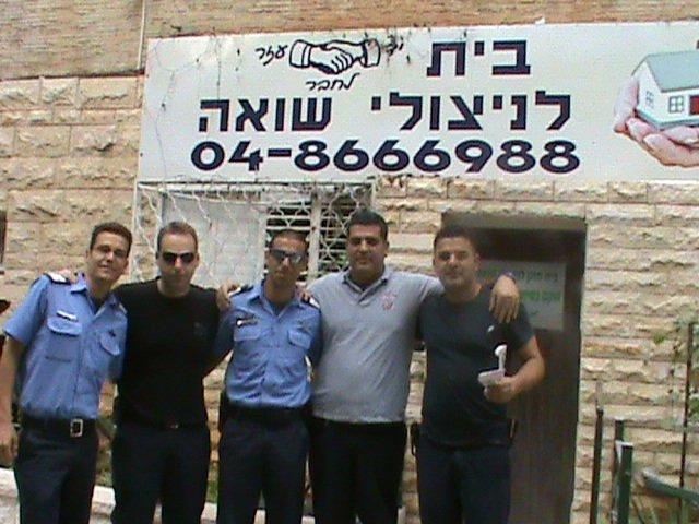 שוטרים העוזרים בשיפוץ והרחבת הבית החם לניצולי השואה