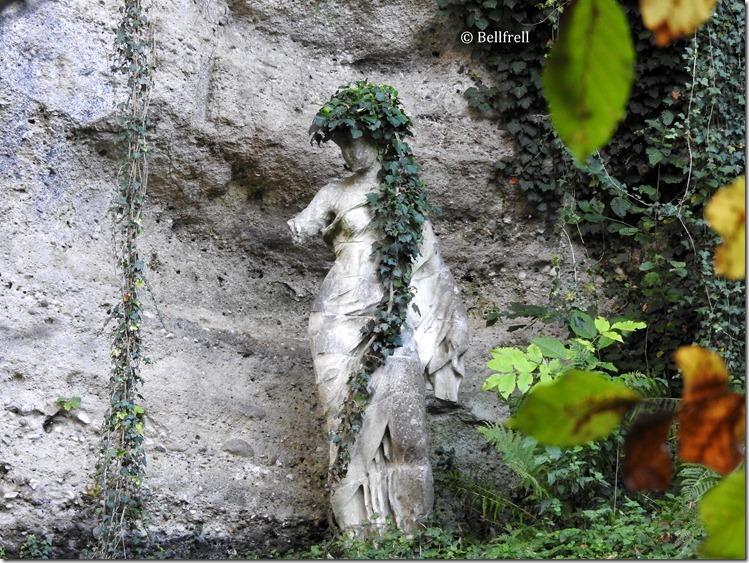 Statue mit Efeuhut
