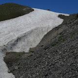Anzob Pass, 3430 m. 27 juillet 2009. L'animal sur le névé n'est ni un léopard des neiges, ni un mouflon Marco Polo, mais une vache. Photo : J.-F. Charmeux
