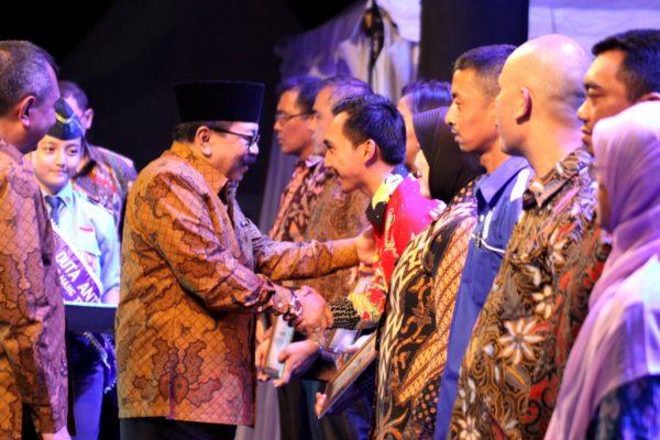 Gubernur Jatim Memberikan Tanda Penghargaan Yang Siap Memberantas Narkoba Di Jawa Timur