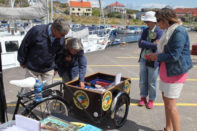 Besökare lastcykel bibliotek Tjörn