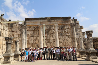 9-04/ Arrivés sur le site de la maison de l'Apôtre Pierre à Capharnaüm, nous admirons la synagogue du premier siècle.