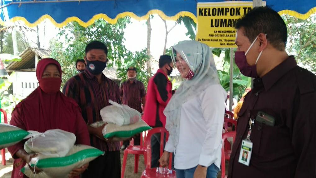 BI CSR Bantu 500 Paket Sembako Warga Terdampak Covid-19 Desa Tlogowatu, Kemalang