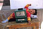 Petite fille bolivienne endormie derrière la pointeuse de l'usine où travaillent ses parents