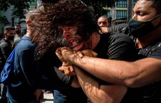Policías apresan varias personas durante sorpresiva protesta en Cuba
