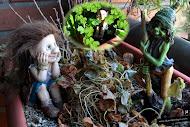 La troll Raizotas hablando con el Duende Entierrahojas