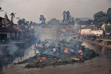 Khu vuc hoa tangtruocdenPashupatinath ben bo song Bagmati o Kathmandu