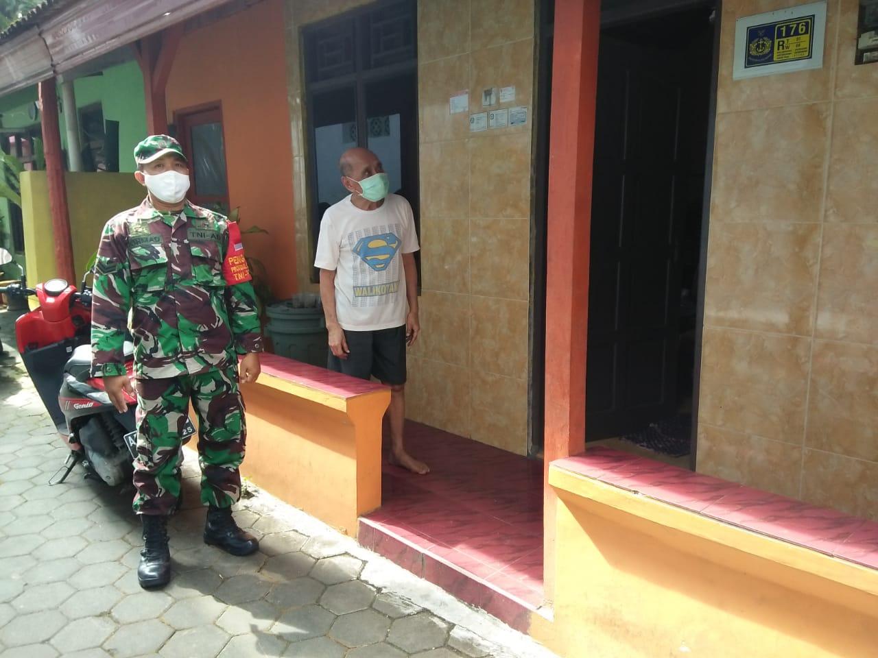 Babinsa Jayengan Lakukan Pendataan Vaksinasi Untuk Anggota Veteran