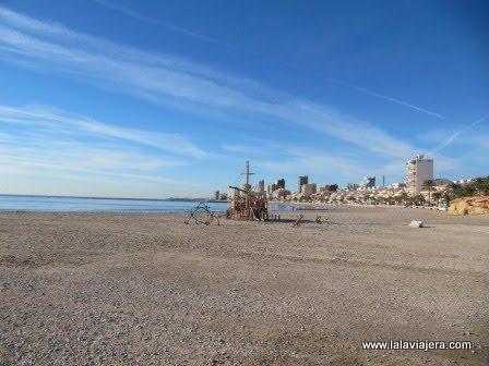 La extensa playa de Carrer la Mar en El Campello
