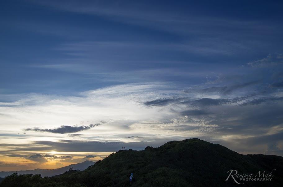 在山丘上看日落和夜景應更有利
