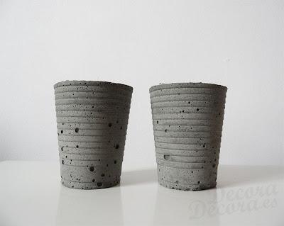 Candelabros de cemento.