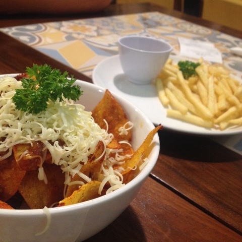 maniak-makan-nachos-and-french fries--yellow-truck-solo