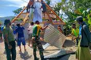 Satgas Pamtas RI-RDTL Sektor Barat Yonarmed 6/3 Kostrad Bersama Warga Bangun Rumah Adat Permanen