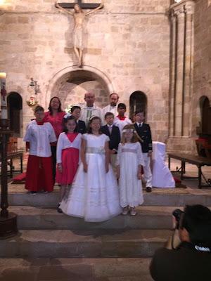 Una foto de grupo de los que hicieron la comunión, incluyendo a los monaguillos y los dos sacerdotes que oficiaron la eucaristía