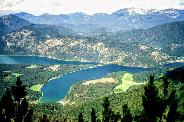 Sylvensteinsee mit Blick auf Benediktenwand