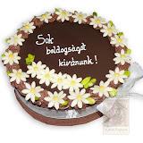 61. kép: Ünnepi torták - Csokitorta fehér virágokkal szalaggal