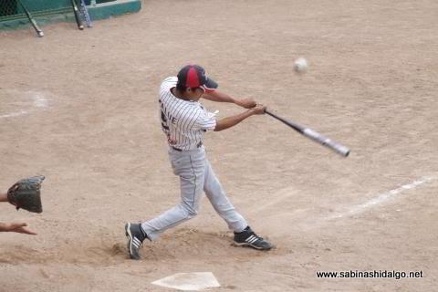 Eloy Linares de Burócratas B en el softbol dominical