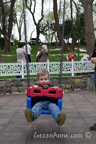 Hıdiv Kasrı'ndaki parkta sallanırken