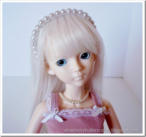 Pretty pearl head band for a doll.