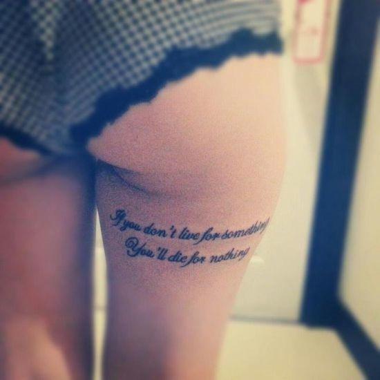 cativante_sob_bunda_da_tatuagem