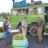 Départ de Bishkek. Au centre : l'entomologiste Sergei Toropov. À sa droite : Sergei Voronin, directeur d'Horizon Travel. 3 juillet 2006. Photo : J.-M. Gayman