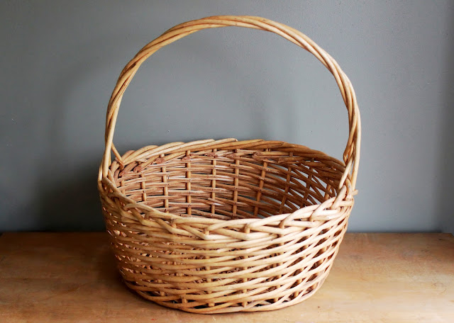 Large basket available for rent from www.momentarilyyours.com, $3.00.