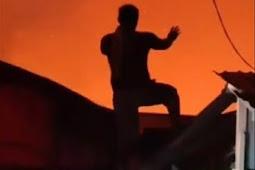 Pria Ini Lakukan Gerakan Aneh saat Kebakaran, Konon Langsung Turun Hujan