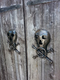 Jolly Rogers at the entrance door of the Pirates Museum (© 2014 Bernd Neeser)
