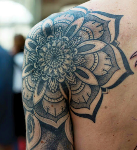 Este e Wow mandala flor desenhos de tatuagem no ombro que esta cobrindo a metade de seu peito e manga e dando um olhar impressionante