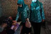 Srikandi PKK Desa Bancar Berikan Sembako Bagi Warga