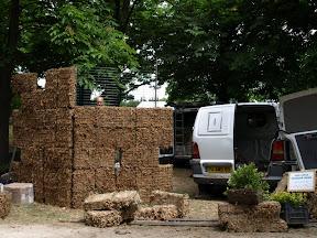 mur végétale réalisé à Aix en provence .exposition au château d'ALBERTAS en 2007. 2008-2009 vente de sphaigne : vente de murs végétaux en sphaigne . les achats de sphaigne se font en différent conditionnement 150 grammes. 500grammes. 1kilo. 5kilos. 6kilos les modules grillagés en sphaigne 36x36x15cm jusqu'à 250x250x 15cm d'épaisseur pour les murs végétaux à réaliser à l'exterieur. pour les murs interieurs 10 cm d'épaisseur de sphaigne bien tassée suffisent vous pouvez aussi demander un devis sur internet pour les prix.