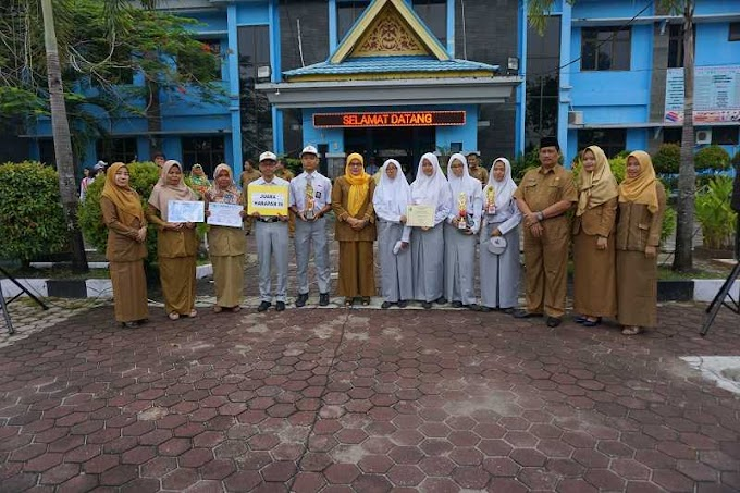 Siswa SMA 8 Pekanbaru, Silvia Nurhaliza Peroleh Juara I Lomba Menulis Puisi dan Cerpen.