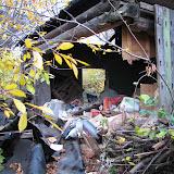 ГСК 112 использует заброшенный домик для свалки мусора. Также мусор ровным слоем размещается вдоль этого  всего гаражного кооператива в долине ручья Уинка