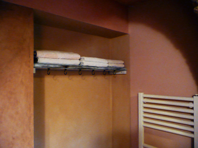pareti rosa, bagno in cocciopesto, casa rustica