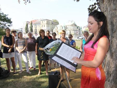 Opernsängerin Johanna Brault gratuliert auf ihre Weise