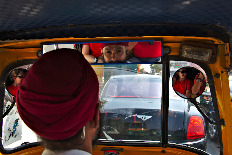 Inapoi in New Dehli, intr-un tuc-tuc stand in trafic in spatele unui Benteley. Tipic Indian.