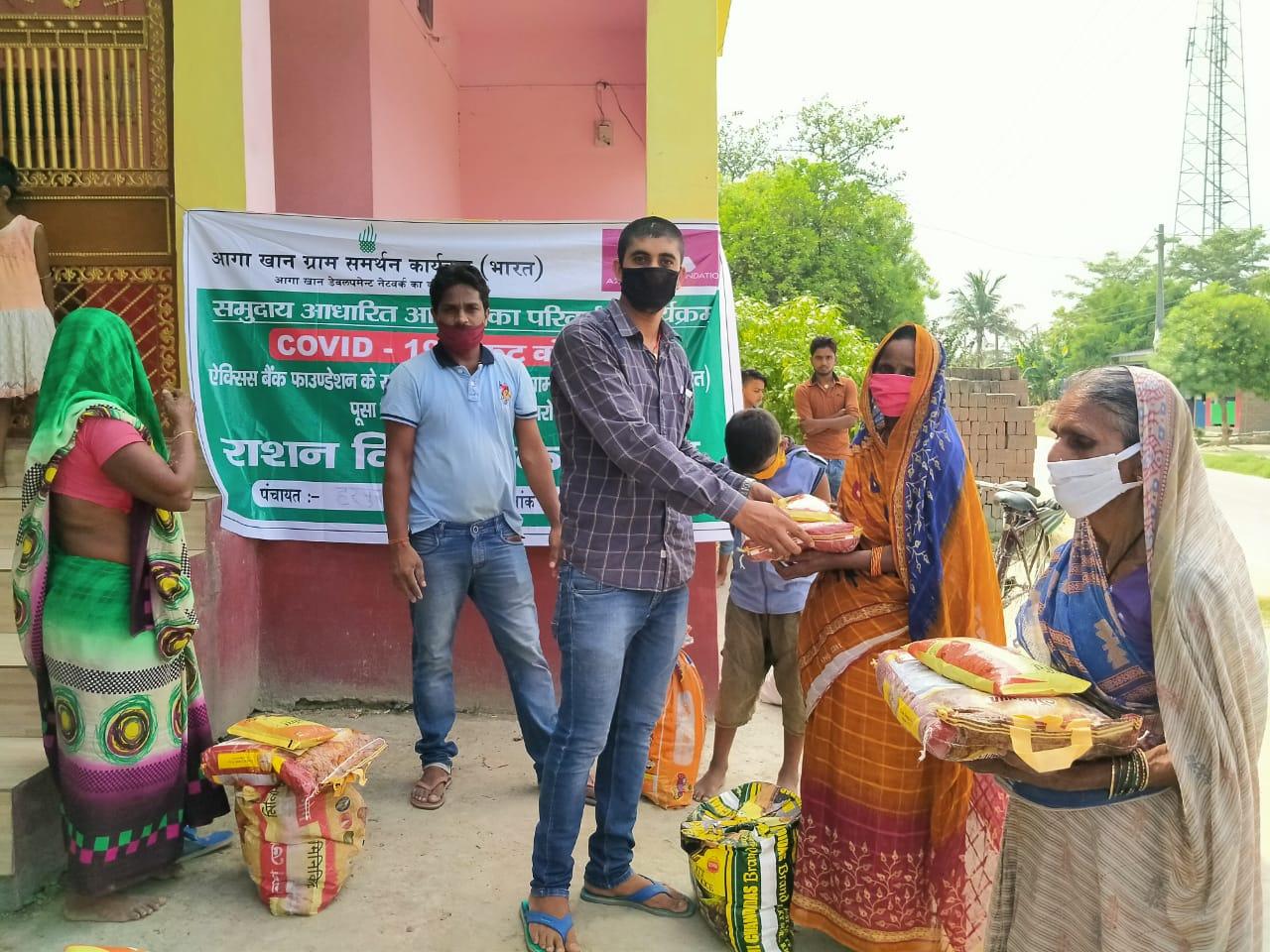 हरपुर में आगाखांन संस्था द्वारा आटा, चावल, दाल, रिफाइन को राहत के रूप में ग्रामीण को दिया।