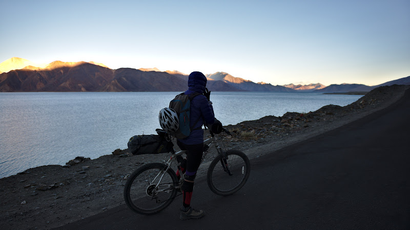 Dupa o zi de pedalat inserarea ne prinde pe malul lacului Pangong, la mai bine de 42000 de metri.