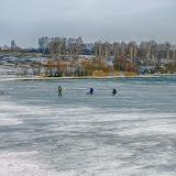 Любители подледной рыбалки последние деньки балуют себя любимым занятием. Лед на водохранилище стремительно тает.