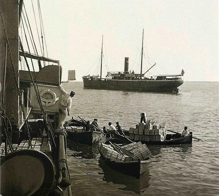 Fondeado en la rada de Castelló, cargando frutas y pasajeros. Del libro Rumbo al progreso. El puerto de Castellon a traves de la historia.jpg